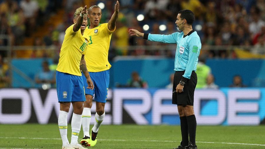 Neymar e Miranda reclamam com a arbitragem após o gol da Suíça em confronto do Grupo E - Buda Mendes/Getty Images
