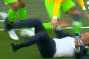 Tite extravasa e leva tombo durante comemoração de gol do Brasil (Foto: Reprodução/Fox Sports)