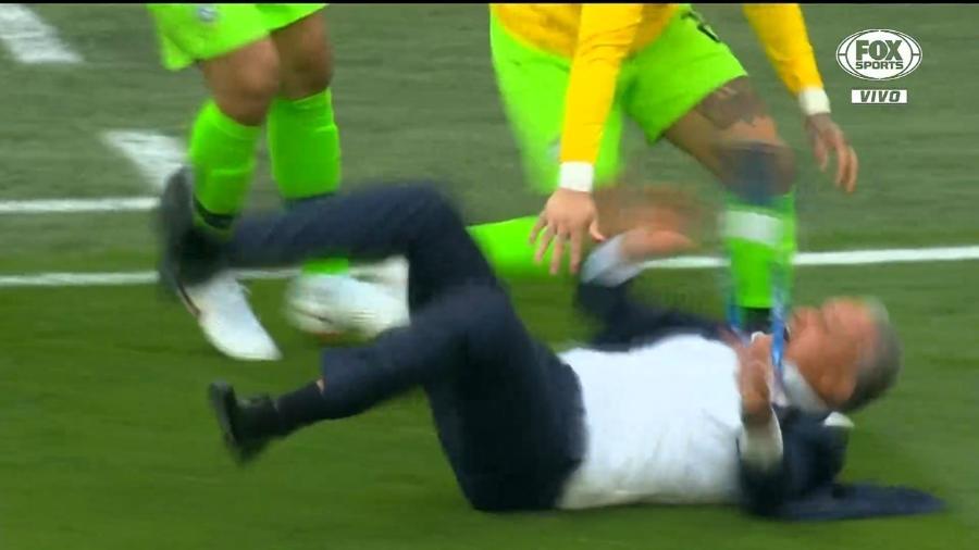 Tite é derrubado em comemoração do gol do Brasil contra a Costa Rica - Reprodução/Fox Sports