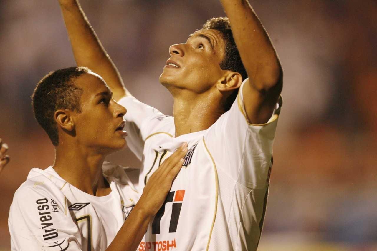 Neymar abraça Ganso durante partida do Santos em 2009