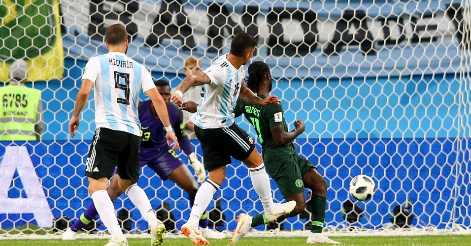Marcos Rojo bate de primeira e faz o gol salvador da Argentina