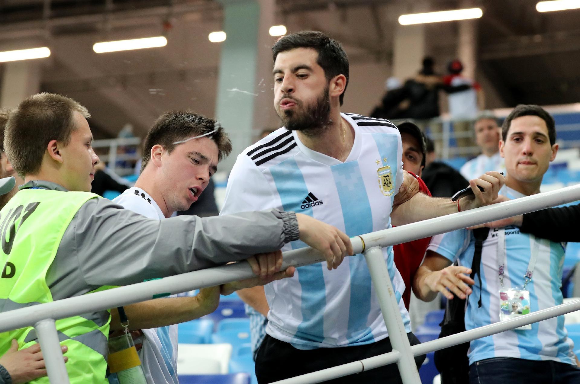 Argentina na Copa 2018  Argentinos se revoltam com Sampaoli e cospem em  direção ao campo - UOL Copa do Mundo 2018 3d8d1499d4