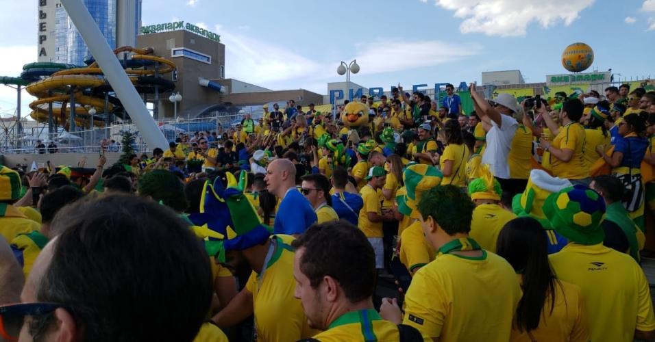 Canarinho Pistola participa da festa da torcida brasileira em Kazan