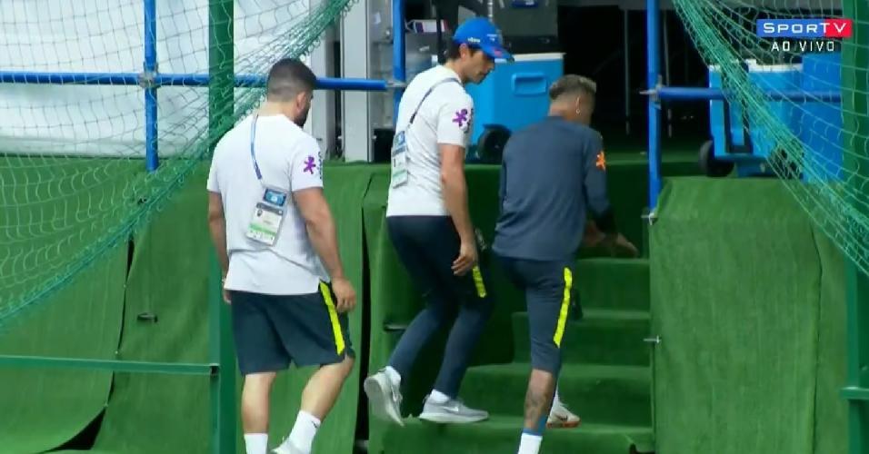 Neymar deixa treino mancando e precisa de atendimento médico