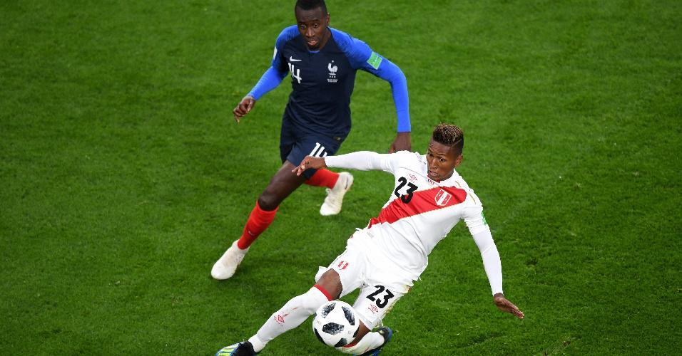 Pedro Aquino, da seleção do Peru, é marcado por Blaise Matuidi, da França