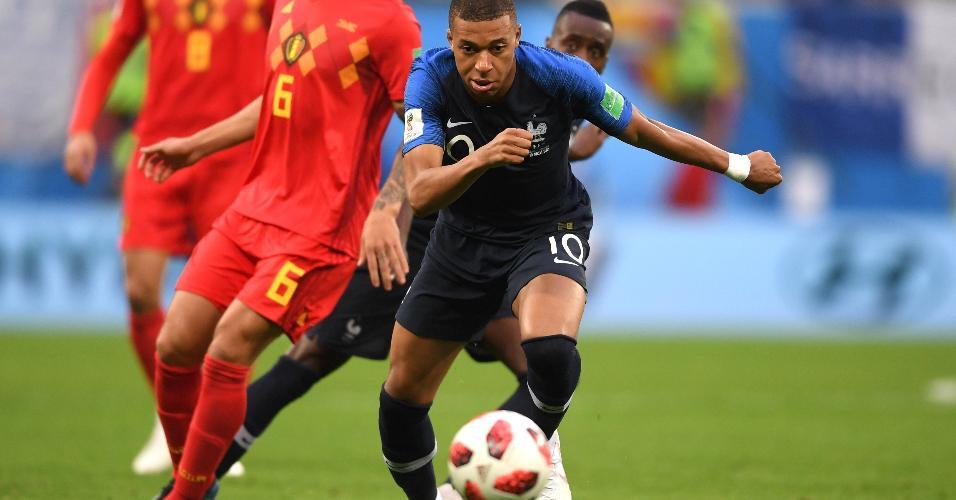 Kylian Mbappé, da França, em um dos primeiros lances durante partida contra a Bélgica