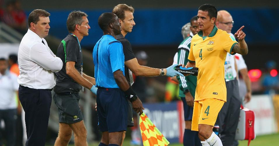 Tim Cahill reclama durante a partida entre Austrália e Chile, pela Copa do Mundo de 2014