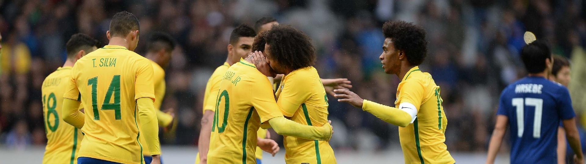 Marcelo comemora gol na seleção brasileira ao lado de Neymar