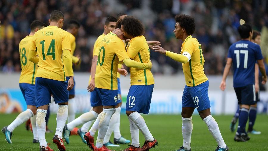 Marcelo comemora gol na seleção brasileira ao lado de Neymar -  Pedro Martins / MoWA Press