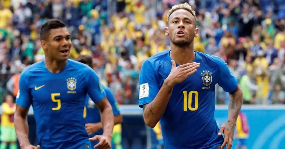 Neymar comemora com Casemiro o segundo gol do Brasil diante da Costa Rica