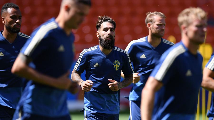 Jimmy Durmaz treina antes de jogo contra o México; sueco recebeu apoio dos companheiros após ataques na web - Hector Retamal/AFP