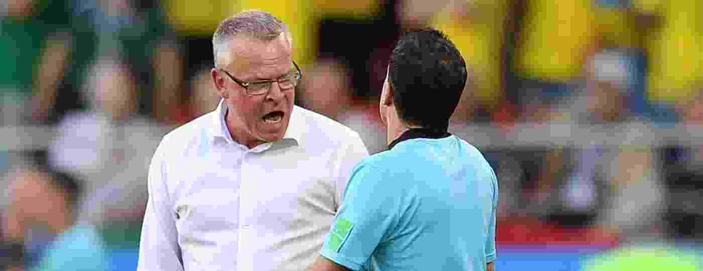 Técnico sueco Janne Andersson discute com a arbitragem em jogo contra o México, na primeira fase da Copa - AFP PHOTO / HECTOR RETAMAL