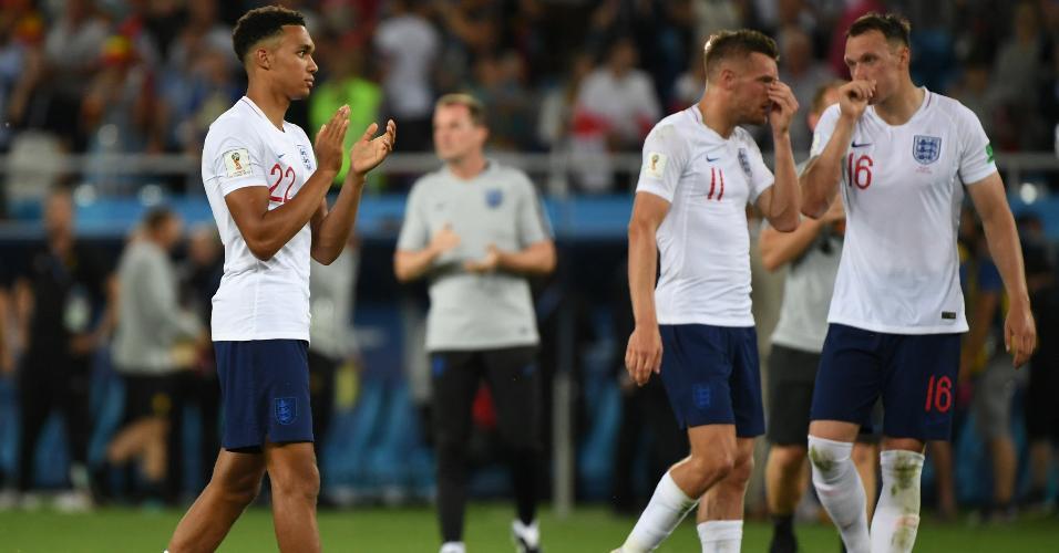 Jogadores da Inglaterra após apito final da derrota para a Bélgica na fase de grupos da Copa