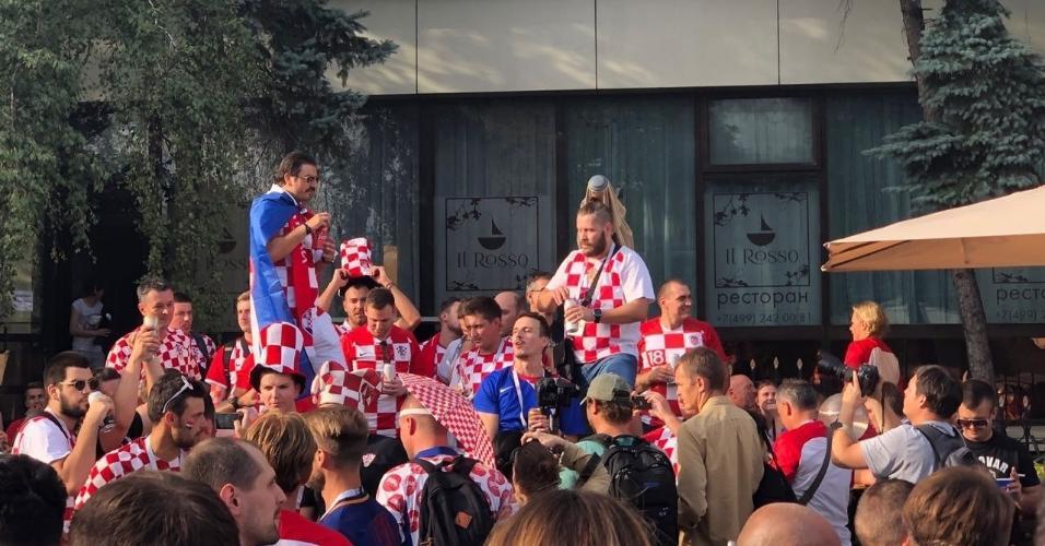 O portão do complexo do estádio Luzhniki foram abertos. A três horas de Croácia x Inglaterra, a aglomeração de torcedores é grande. Em Moscou, a movimentação de ingleses e croatas é grande.