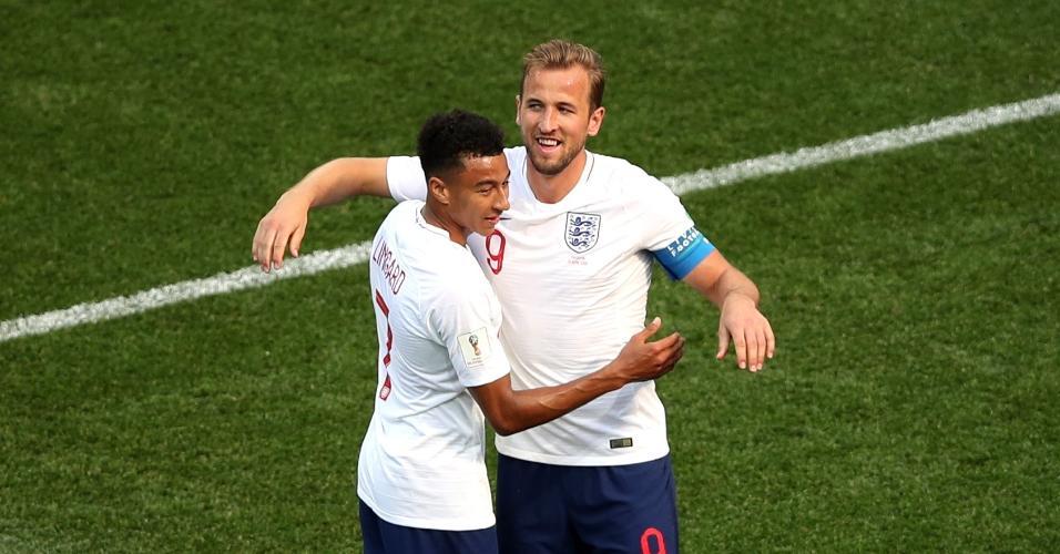 Harry Kane comemora com Jesse Lingard após marcar o sexto gol da Inglaterra sobre o Panamá