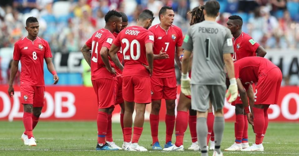 Seleção do Panamá conversa após levar o quinto gol da Inglaterra