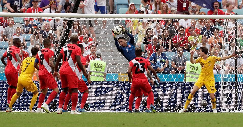O goleiro do Pedro Gallese faz boa defesa no duelo contra a Austrália