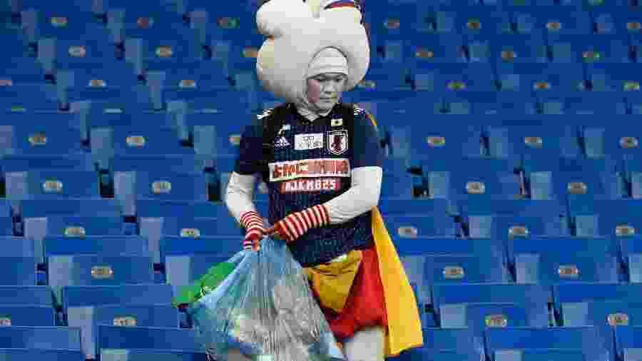 Torcedor do Japão recolhe lixo no estádio após derrota para a Bélgica - JUAN BARRETO/JUAN BARRETO