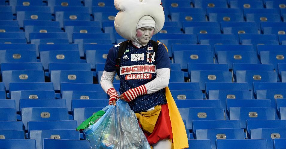 Torcedor do Japão recolhe lixo no estádio após derrota para a Bélgica