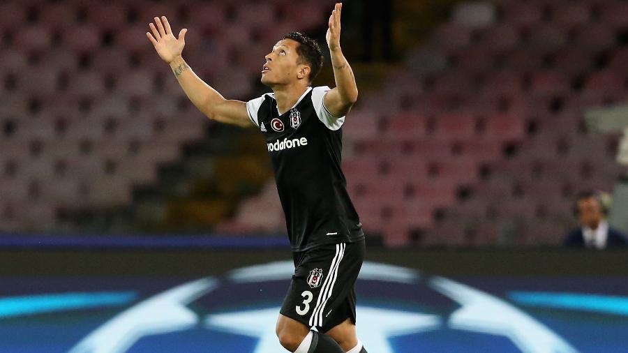 Adriano comemora após marcar pelo Besiktas contra o Napoli - Maurizio Lagana/Getty Images
