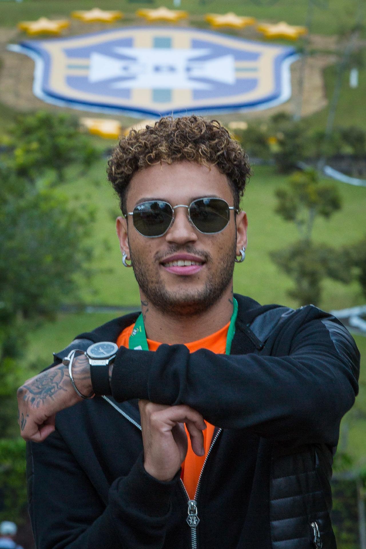 Gabriel Lucas, sósia de Neymar, em visita à Granja Comary