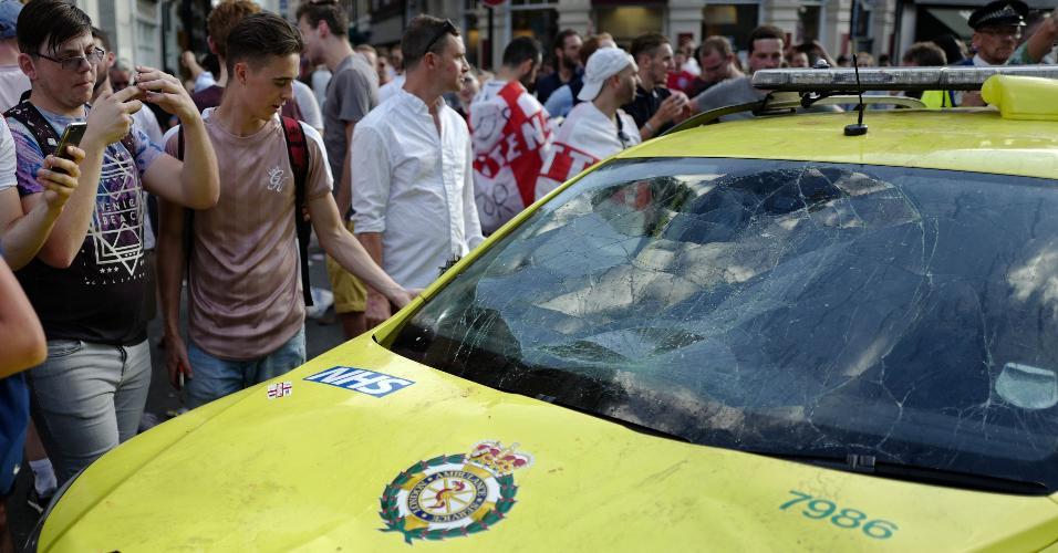 Ambulância do sistema de saúde inglês vandalizada por torcedores durante comemoração