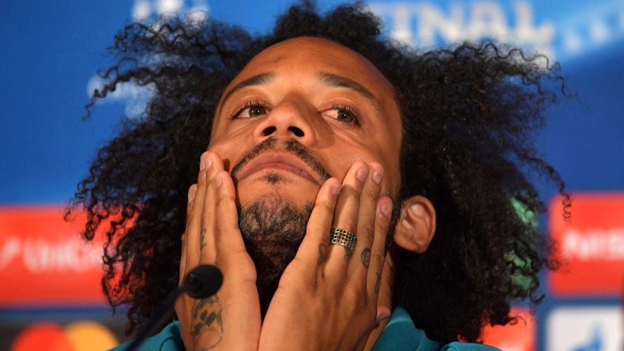 Lateral da seleção brasileira quebra a casa inteira em pelada com o filho Enzo na sala de estar - AFP PHOTO / UEFA via Getty Images