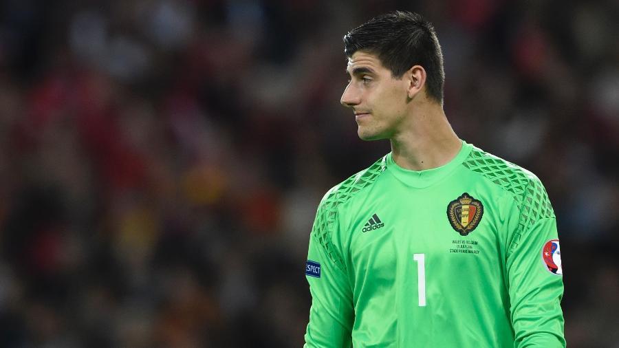 Thibaut Courtois em ação pela Bélgica durante jogo contra País de Gales - Miguel Medina/AFP