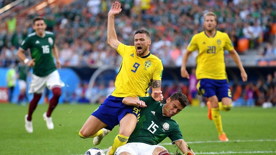Hector Moreno, do México, levou amarelo após cometer pênalti em Marcus Berg, da Suécia - Hector Vivas/Getty Images