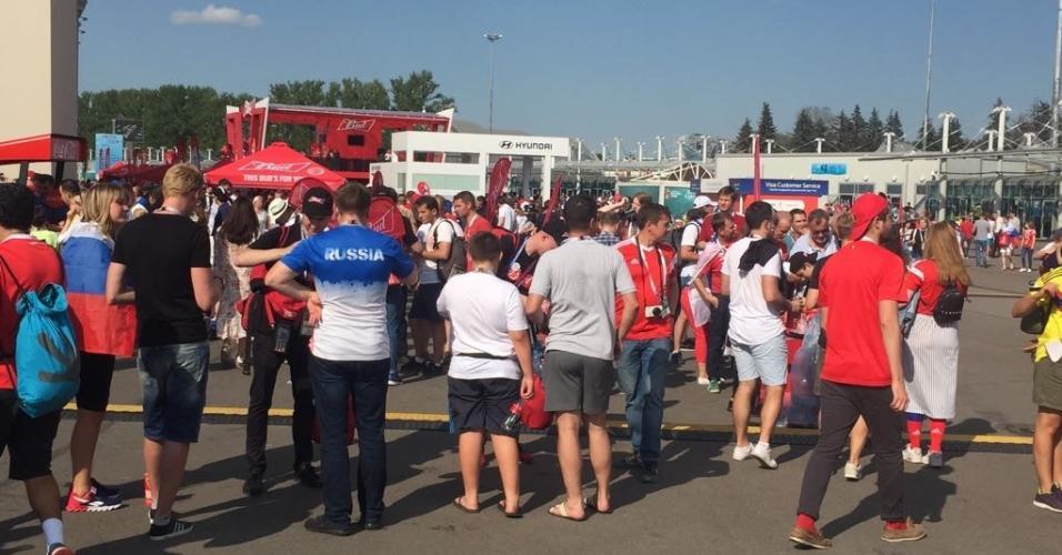 Faltando 25 minutos para o jogo, movimento do lado de fora do estádio ainda é grande.