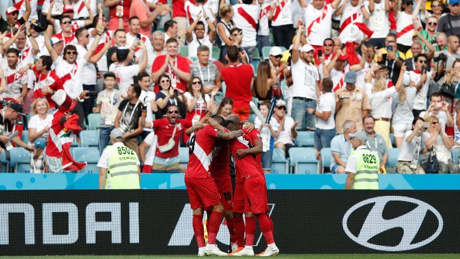 Equipe do Peru comemora o primeiro gol contra a Austrália próximo da torcida - Adrian Dennis/AFP