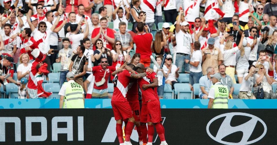 Equipe do Peru comemora o primeiro gol contra a Austrália próximo da torcida