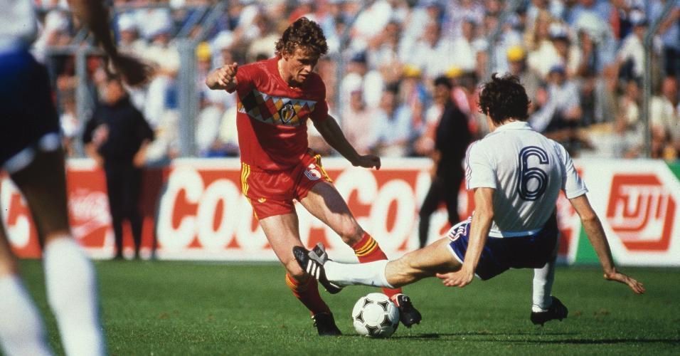 O belga Frank Vercauteren tenta passar pelo francês Maxime Bossis em jogo pela Copa de 1986