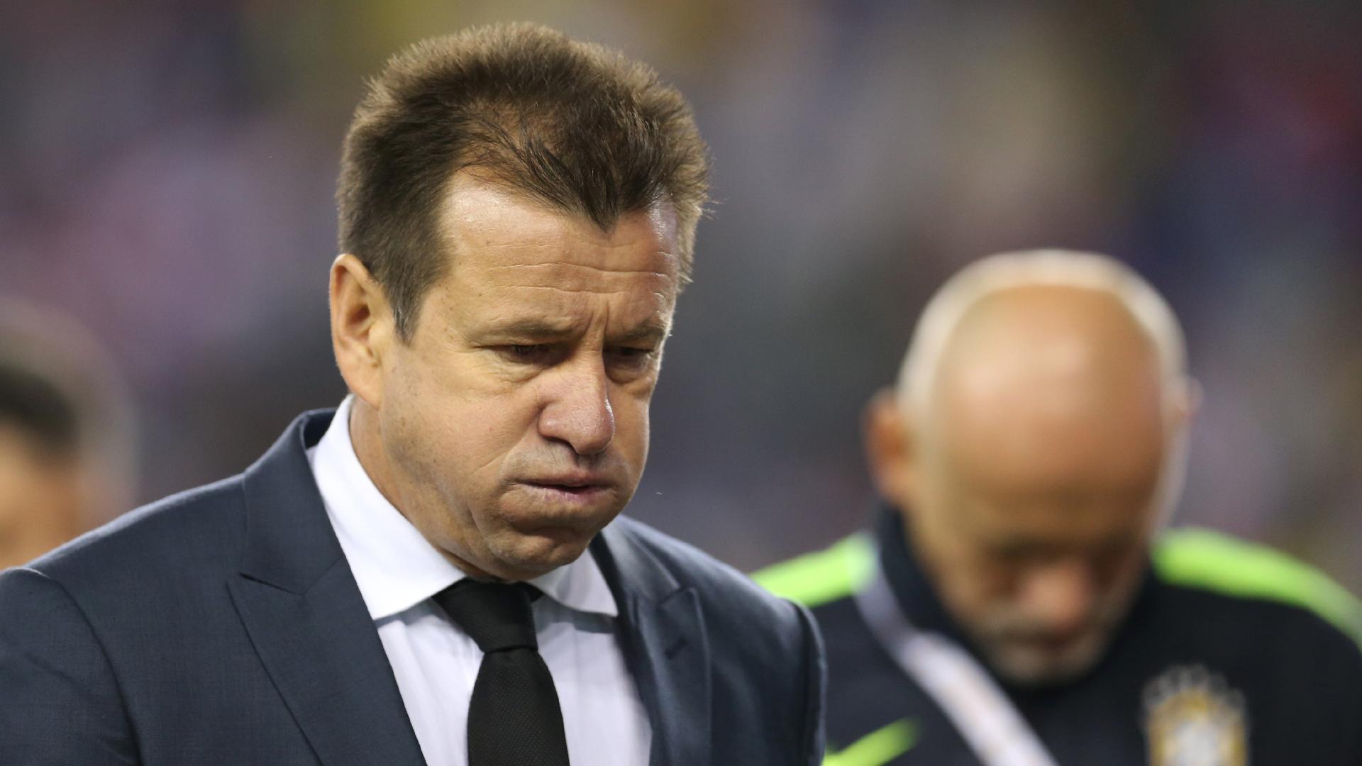 Dunga deixa o campo abatido após a eliminação do Brasil para o Peru