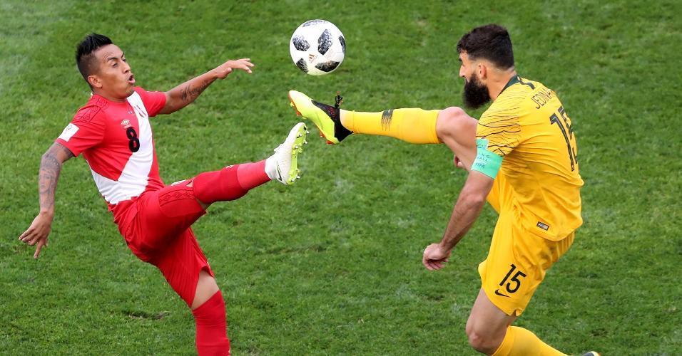 Christian Cueva, do Peru, e Mile Jedinak, da Austrália, disputam a bola em jogo entre suas seleções