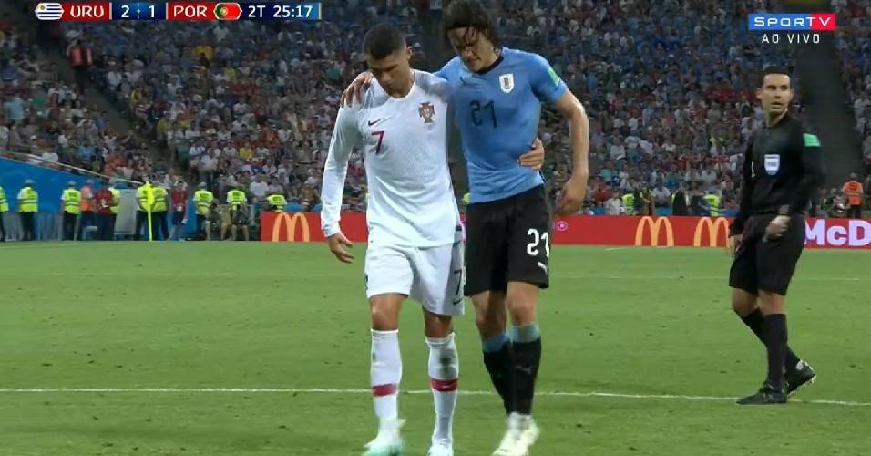Cavani deixa o gramado com auxílio de Cristiano Ronaldo