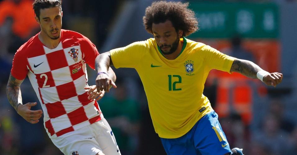 Marcelo tenta passar pela marcação da Croácia durante amistoso da seleção