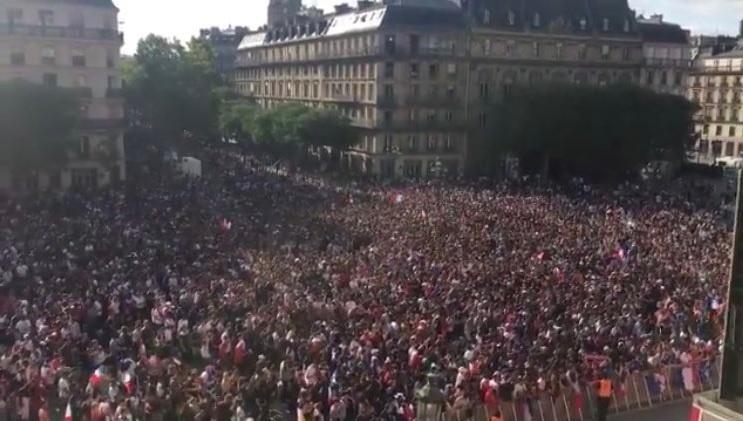 Torcida francesa em Paris