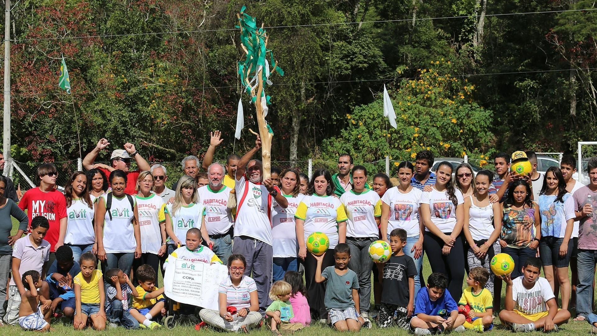 Vitimas das enchentes em Teresópolis realizaram protesto em frente à concentração da seleção brasileira na Granja Comary