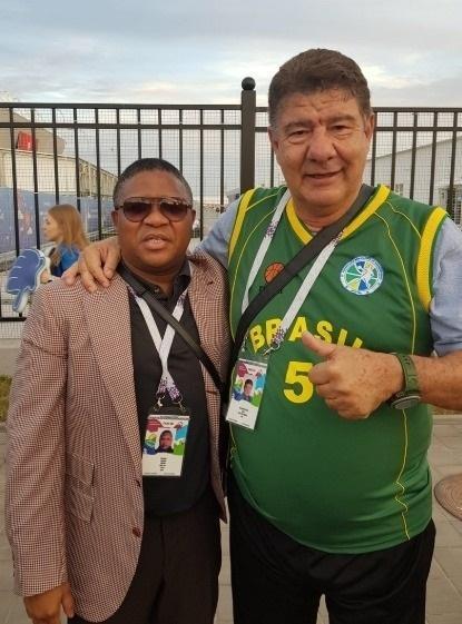 Na Rússia, Joel Santana é visto com a camisa dos veteranos do basquete brasileiro