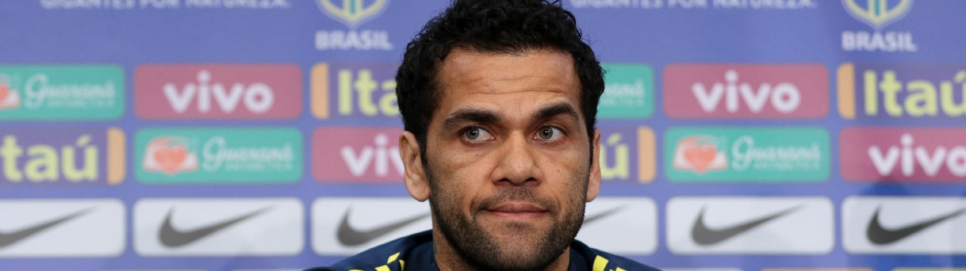 Daniel Alves concede entrevista coletiva na véspera de reencontro com Alemanha