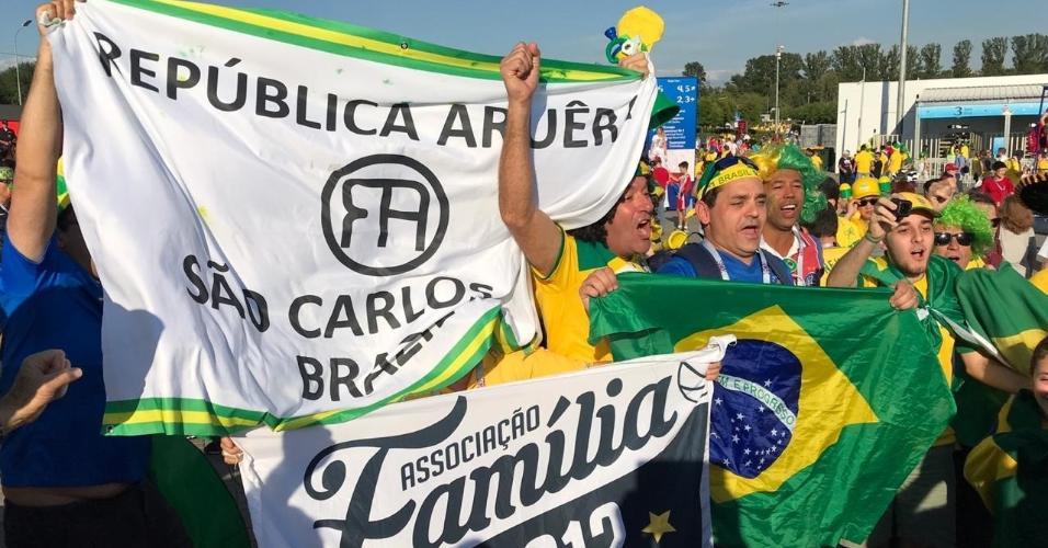 Torcedores exibem bandeiras em comemoração à derrota da Alemanha