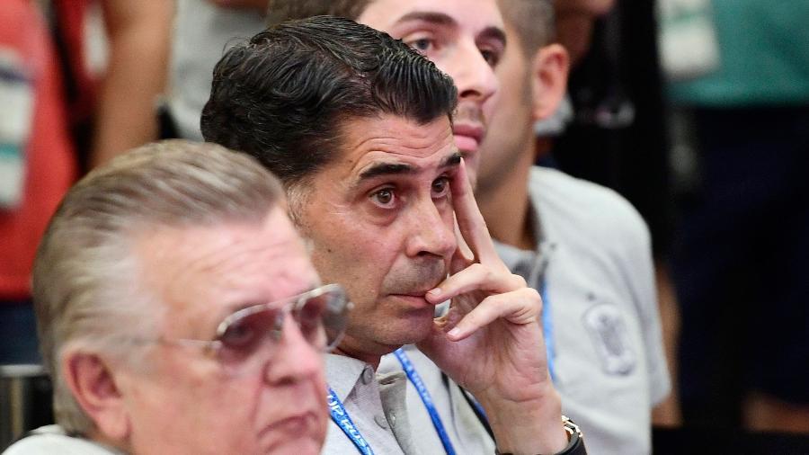 Fernando Hierro (com a mão no rosto) é o novo técnico da Espanha para a Copa - AFP
