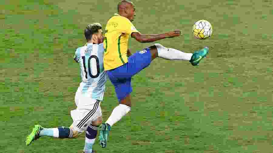 Fernandinho e Messi travam duelo semanas depois de o camisa 10 do Barça perder a cabeça com o volante - EVARISTO SA/AFP