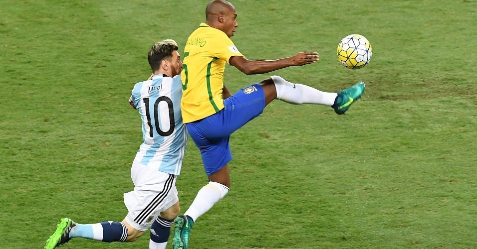 Fernandinho e Messi travam duelo no jogo Brasil x Argentina, no Mineirão, em novembro de 2016