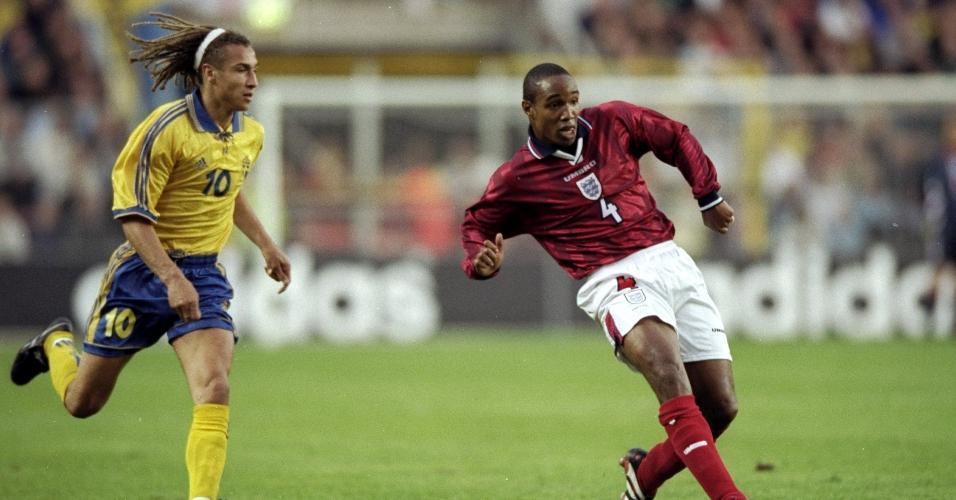 O sueco Henrik Larsson e o inglês Paul Ince em jogo pelas Eliminatórias da Euro de 2000
