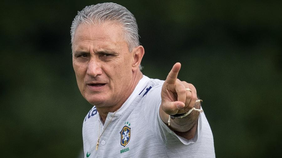 Tite dá instruções durante treino da seleção no CT do Tottenham - Pedro Martins/MoWA Press