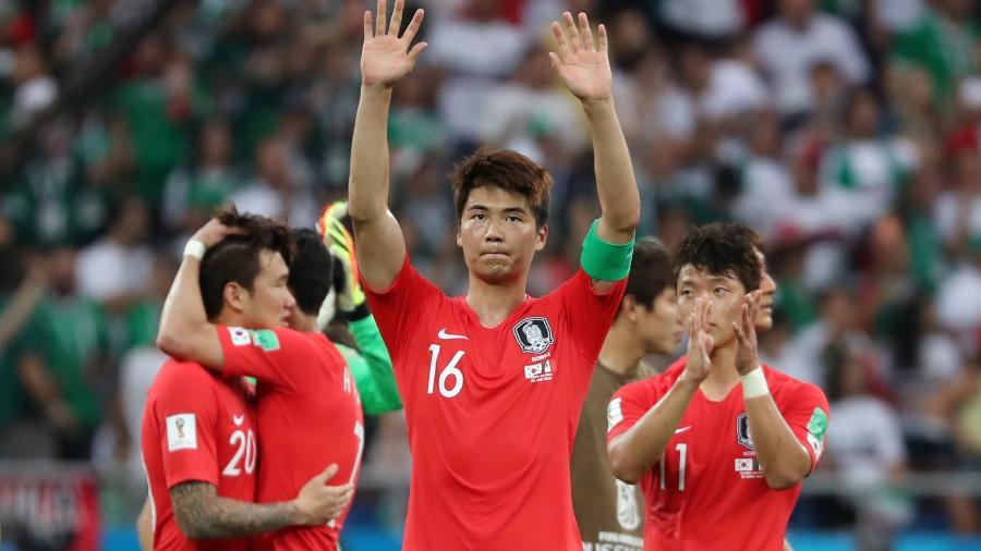 Ki Sung-Yueng, ao centro, agradece torcida após derrota para o México - MARKO DJURICA/Reuters