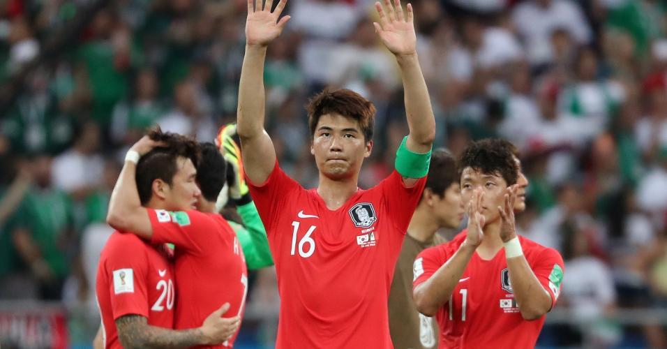 Ki Sung-Yueng, ao centro, agradece torcida após derrota para o México
