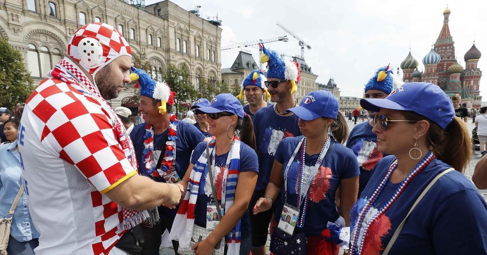 Torcedor da Croácia interage com franceses em Moscou antes de Croácia x França